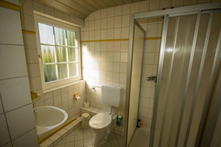 Badezimmer, gelbe Ferienwohnung, Ferienhof Lührs, Schneverdingen, Lüneburger Heide