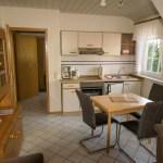 Küchenzeile mit Esstisch, rote Ferienwohnung, Ferienhof Lührs, Schneverdingen, Lüneburger Heide