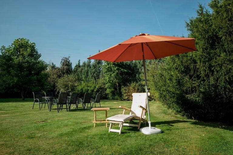 Liegewiese mit Gartenmöbeln und Liege - Ferienhof Lührs, Schneverdingen-Reinsehlen