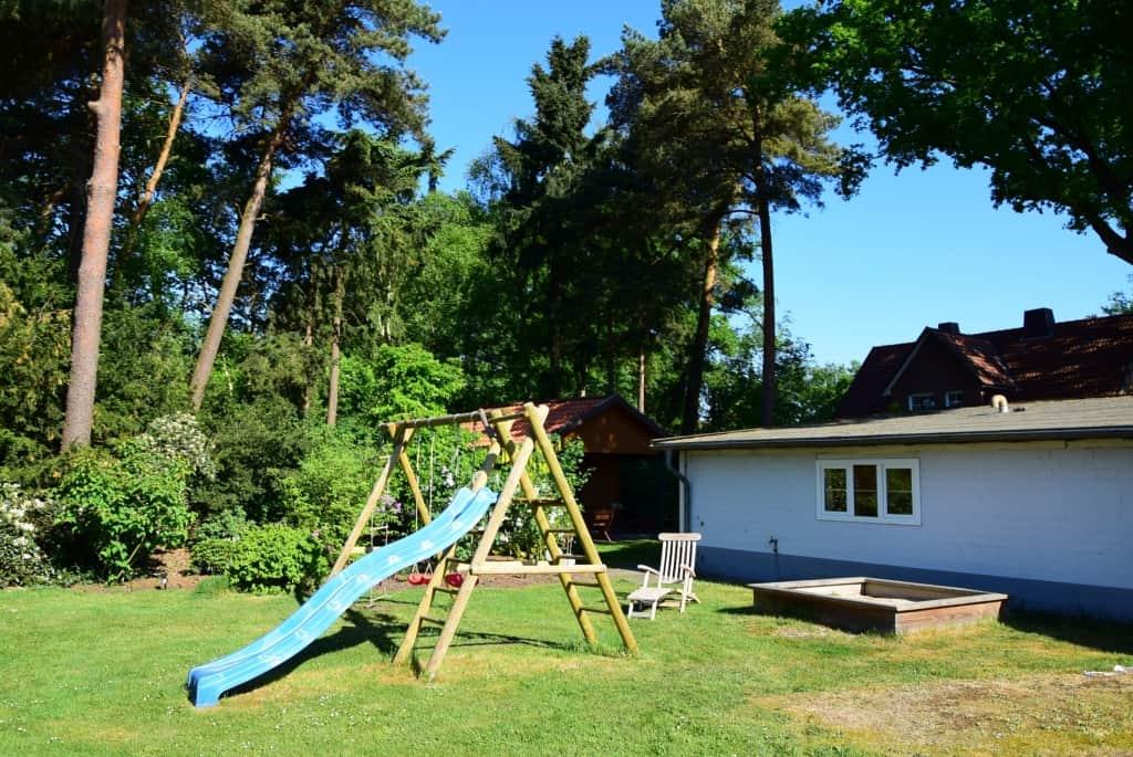 Für Kinder gibt es neben der Liegewiese einen großen Spielplatz