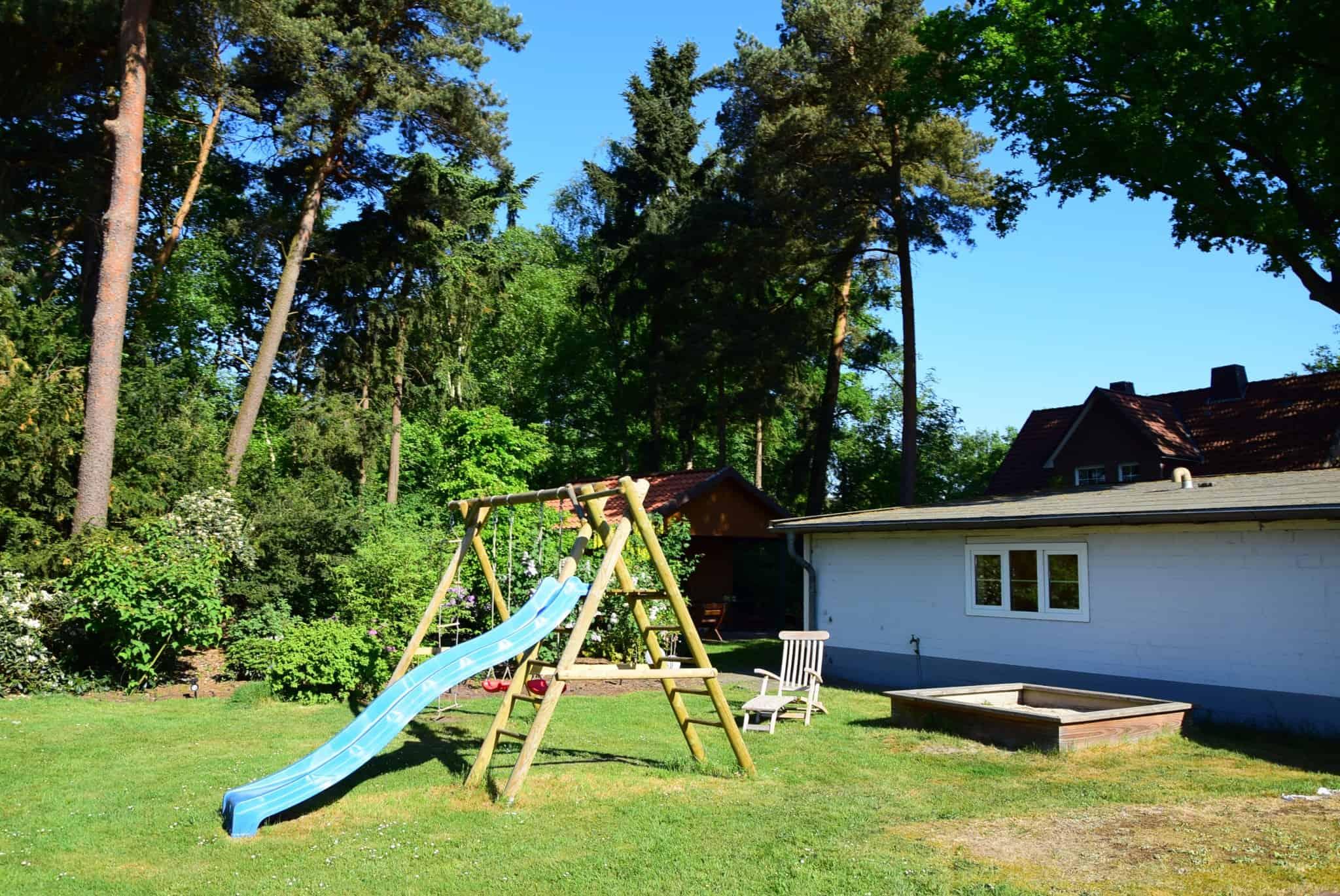 Für Kinder gibt es neben der Liegewiese einen großen Spielplatz.