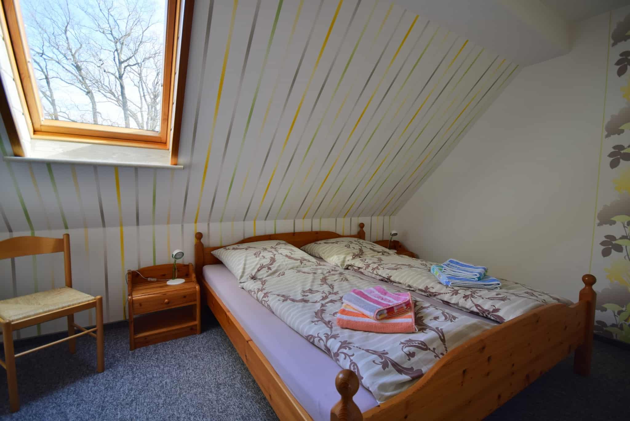 Schlafzimmer, orange Ferienwohnung, Ferienhof Lührs, Schneverdingen, Lüneburger Heide