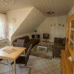 Wohnzimmer mit Esstisch, rote Ferienwohnung, Ferienhof Lührs, Schneverdingen, Lüneburger Heide