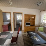 Wohnzimmer mit Esstisch,, gelbe Ferienwohnung, Ferienhof Lührs, Schneverdingen, Lüneburger Heide