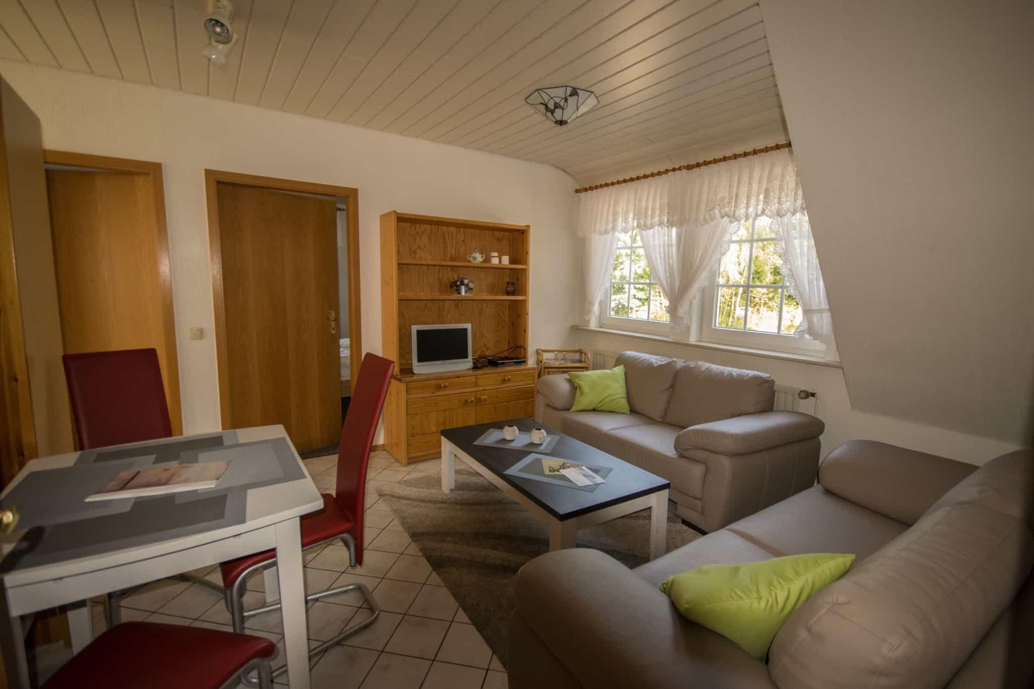Wohnzimmer mit Sitzecke, gelbe Ferienwohnung, Ferienhof Lührs, Schneverdingen, Lüneburger Heide